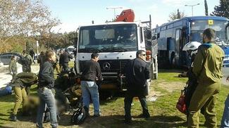 Террорист на грузовике въехал в толпу людей в Иерусалиме